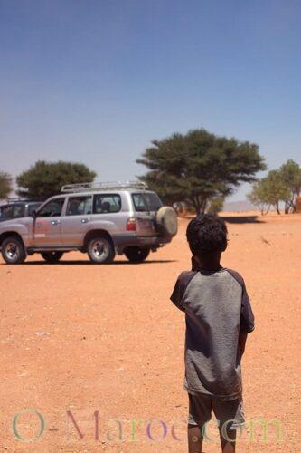 Un enfant marocain regarde, de loin, un 4x4