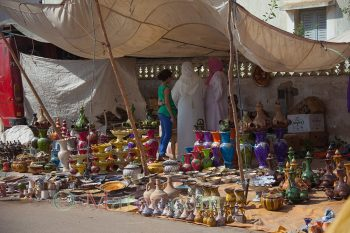 Etalage de poteries au moussem de Moulay Abdellah Amghar