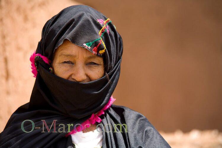 Vieille femme berbère de la vallée du Draa avec son châle noir brodé
