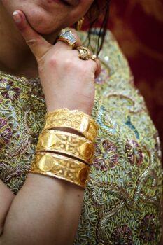 Trois makyess (bracelets d'or avec louis)