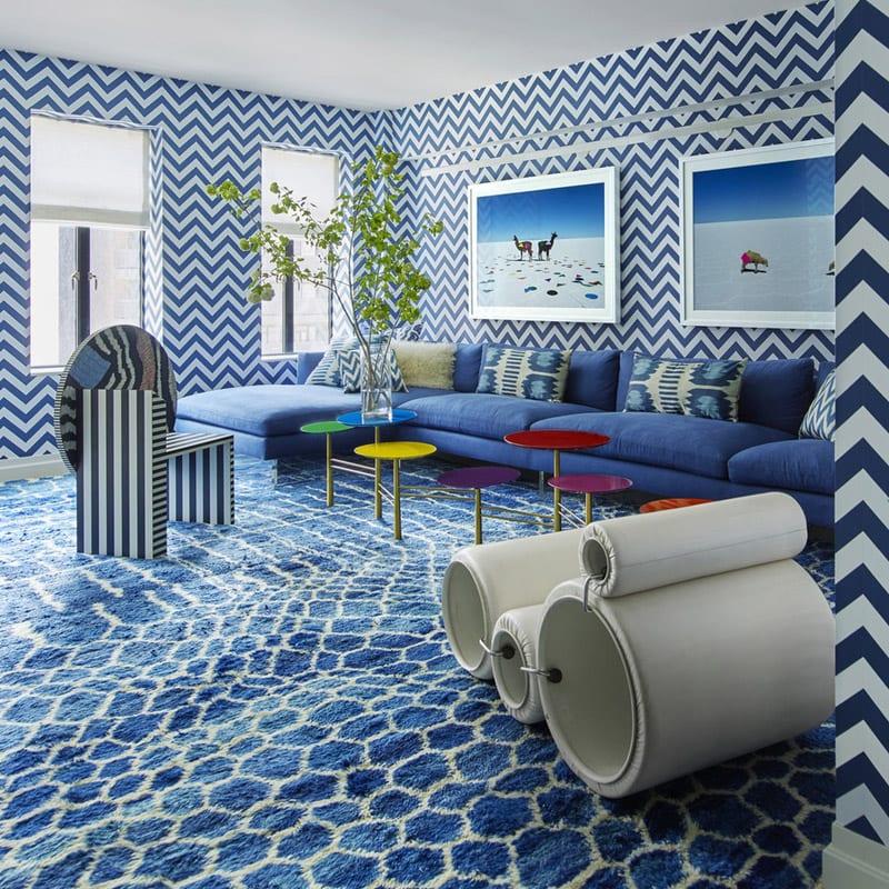 Une pièce bleue et blanche, avec des rayures au mur