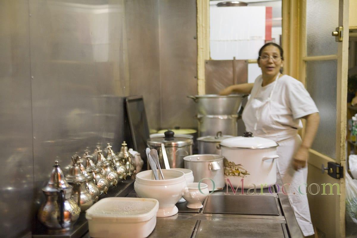 La cuisinière est fin prête devant les théières