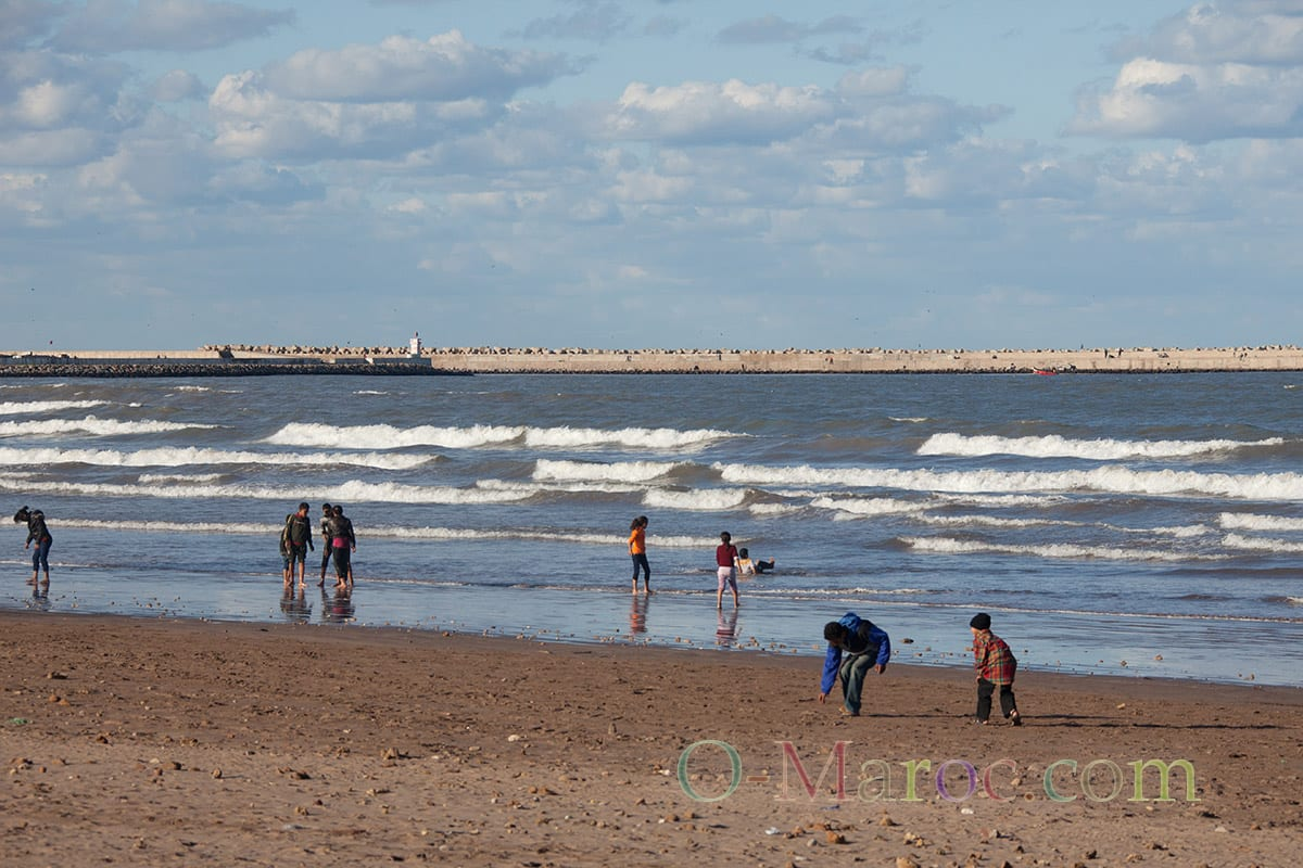 Des enfants jouent sur la plage d'El jadida