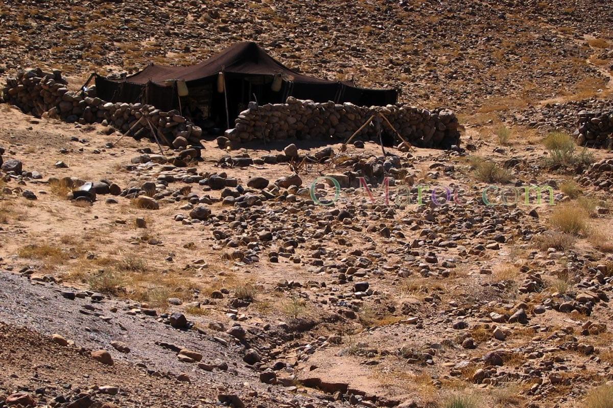 Quasiment invisible au milieu des rochers, une grande tente berbère (Khayma)