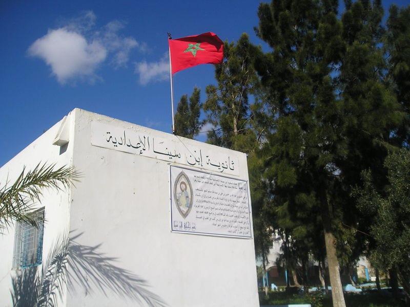 Entrée du lycée Ibn Sina, surmontée d'un drapeau marocain