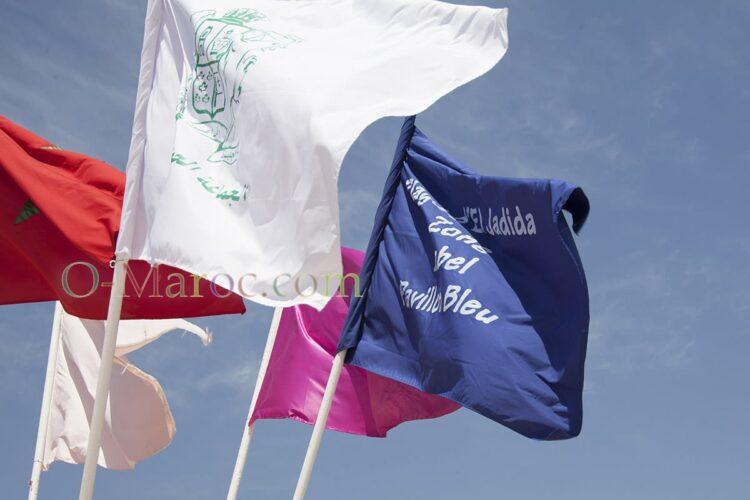 Le pavillon bleu au nom d'El Jadida, avec d'autres drapeaux