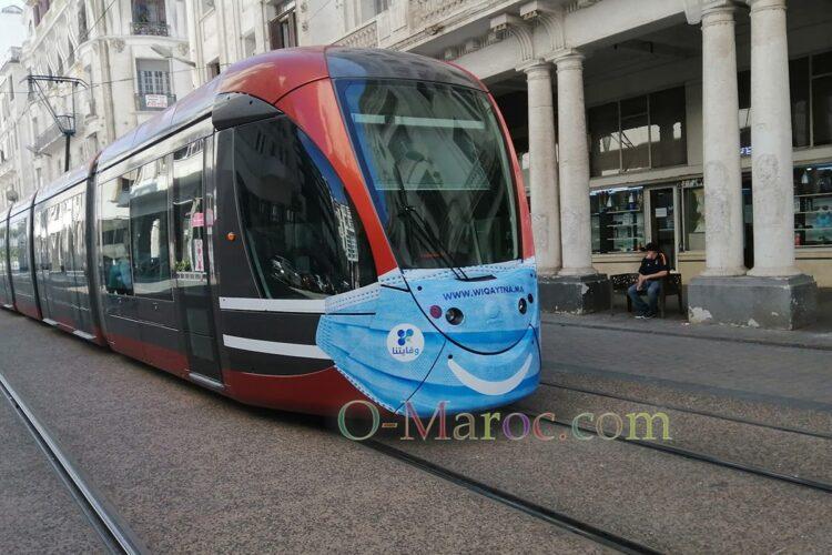 Tramway portant une publicité en forme de masque