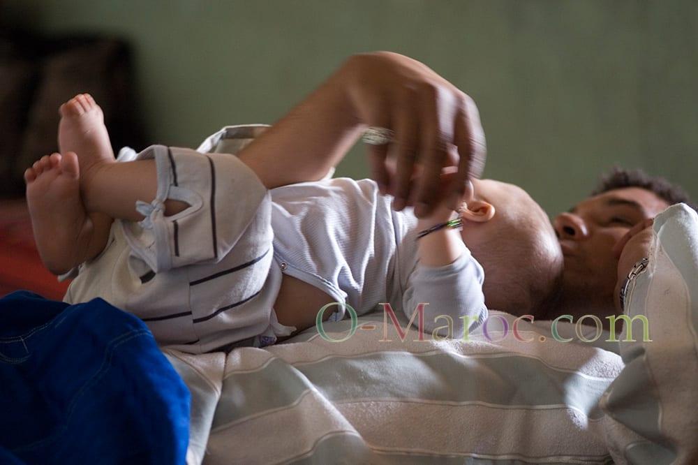 Un marocain en train de faire un calin à un bébé