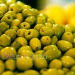 Olives vertes sur un marché