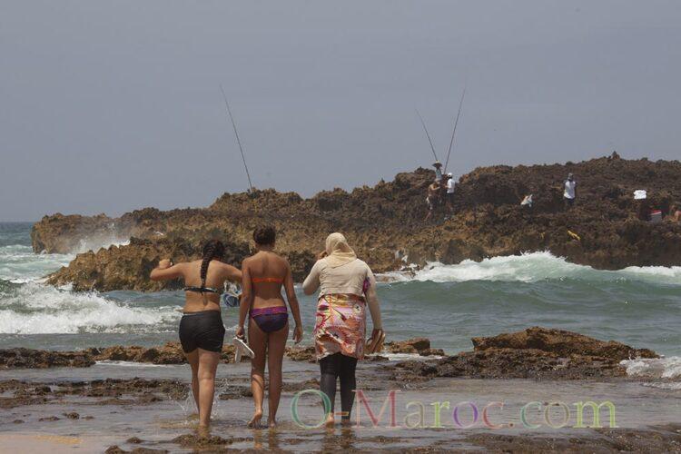 Trois jeunes filles sur la plage de Oulidia