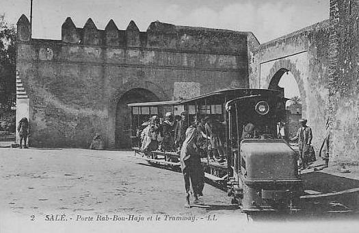 Porte Bab Bouhaja et le Tramway