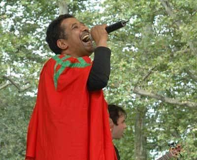 Cheb Kahled chante avec de drapeau marocain au festival Al Ansra au Maroc