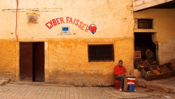 Façade de cybercafé à Fès