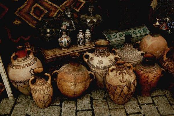 Assortiment de poteries dans un souk