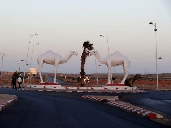 Carrefour avec une statue représentant deux dromdaires