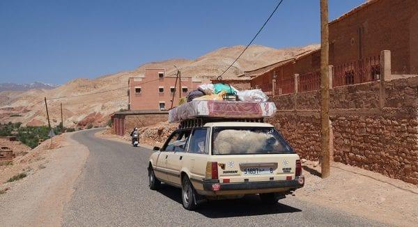 Grand taxi dans le sud du Maroc