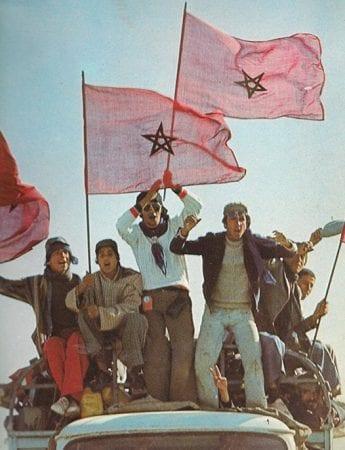 Marocains brandissant un drapeau, sur un camion.