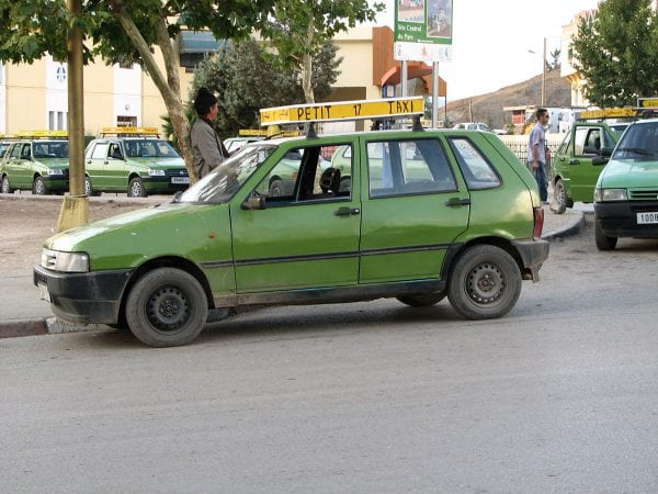Photo d'un petit taxi vert à l'arret