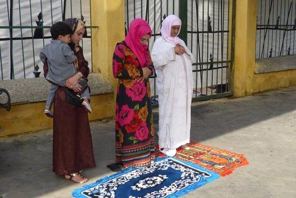 Trois femmes font la prière le jour de l'Aïd
