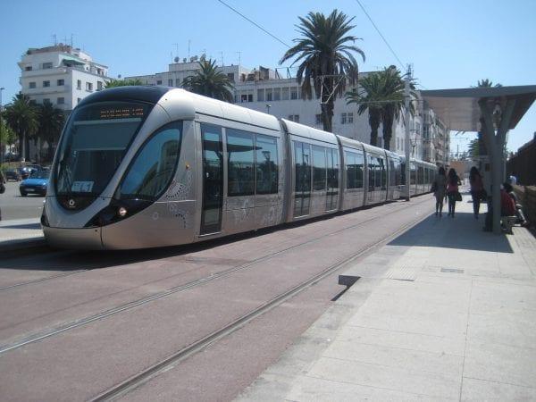 Vue de trois quarts d'une rame Citadis du tramway de Rabat
