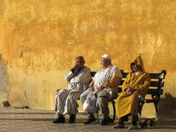 Trois chibanis sur un banc, à Marrakech