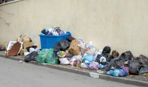 Poubelles dans la rue marocaine