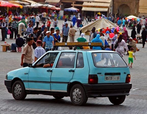 Taxi bleu clair à Meknes