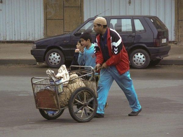 Un homme et un enfant poussent une carrossa avec un mouton, à Casablanca